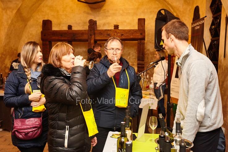 9. ročník otvorených vínnych pivníc v Pezinku. V 24 pivniciach sa predstavilo spolu 34 vinárstiev z Pezinka a okolia. Degustovanie vína v pivničných priestoroch Malokarpatského múzea v Pezinku. Vinár Jozef Navara - NaVin, Veľký Biel. 11/02/2017 Pezinok.