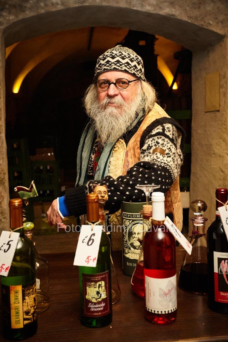 9. ročník otvorených vínnych pivníc v Pezinku. V 24 pivniciach sa predstavilo spolu 34 vinárstiev z Pezinka a okolia. Vincúr Pavol Boriš predstavuje svoju produkciu vín v pivniciach Malokarpatského múzea v Pezinku. 11/02/2017 Pezinok.