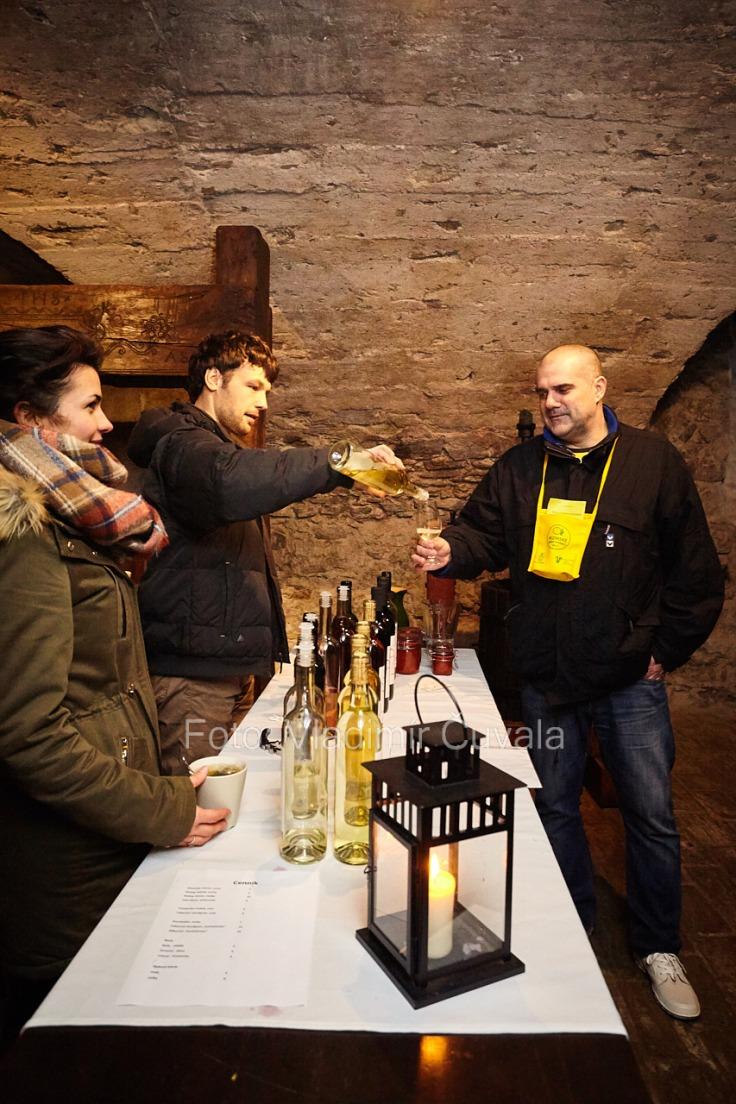 9. ročník otvorených vínnych pivníc v Pezinku. V 24 pivniciach sa predstavilo spolu 34 vinárstiev z Pezinka a okolia. Degustovanie vína v pivničných priestoroch Malokarpatského múzea v Pezinku. Vinohradníctvo a vinárstvo Krasňanský, Pezinok. 11/02/2017 Pezinok.