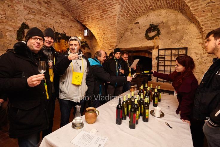 9. ročník otvorených vínnych pivníc v Pezinku. V 24 pivniciach sa predstavilo spolu 34 vinárstiev z Pezinka a okolia. Degustovanie vína v pivničných priestoroch historickej radnice v Pezinku. Víno Ratuzky, Vinosady. 11/02/2017 Pezinok.