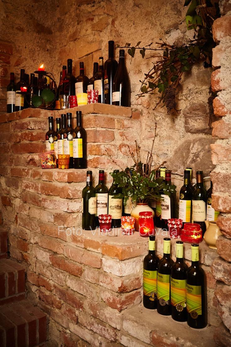 9. ročník otvorených vínnych pivníc v Pezinku. V 24 pivniciach sa predstavilo spolu 34 vinárstiev z Pezinka a okolia. Pivnica v historickej radnici v Pezinku. Víno Ratuzky, Vinosady. 11/02/2017 Pezinok.