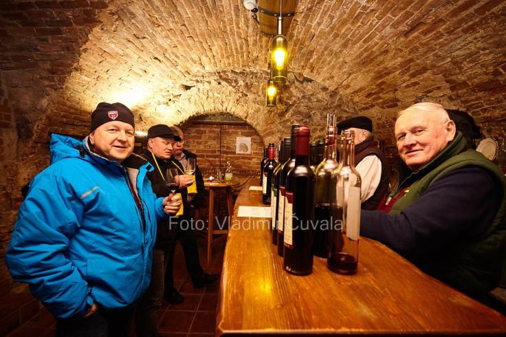 9. ročník otvorených vínnych pivníc v Pezinku. V 24 pivniciach sa predstavilo spolu 34 vinárstiev z Pezinka a okolia. Degustovanie vína v 300 ročnej pivnici u Pijáka. Spolok vinohradníkov a vinárov Šenkvice. 11/02/2017 Pezinok.